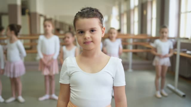 愛らしい小さなバレリーナ - バレエ練習用バー点の映像素材/bロール