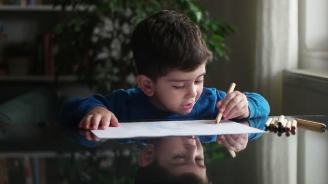 愛らしい小さな男の子、絵を描く - 中東点の映像素材/bロール