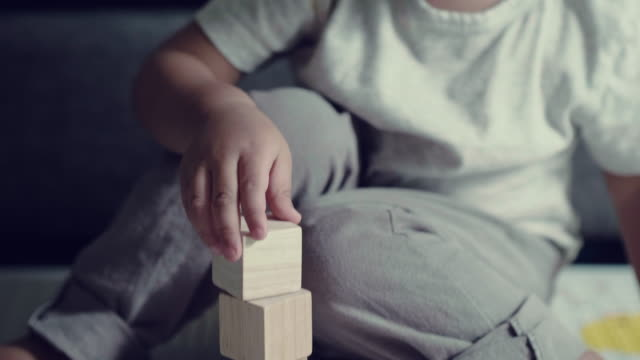 vídeos de stock e filmes b-roll de adorable little boy stacking up blocks - bebés meninos