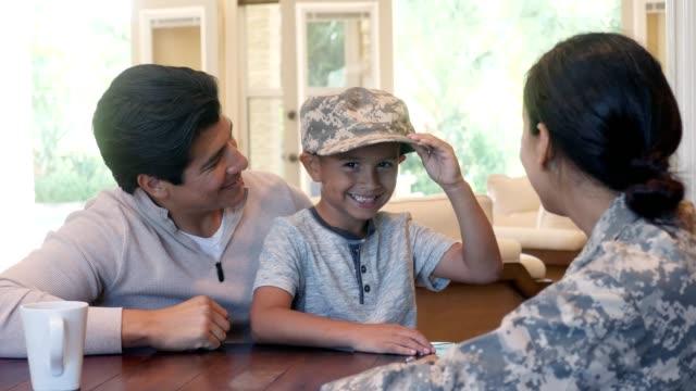 vídeos de stock, filmes e b-roll de adorável garotinho usa chapéu de uniforme militar da mãe dele - soldado exército