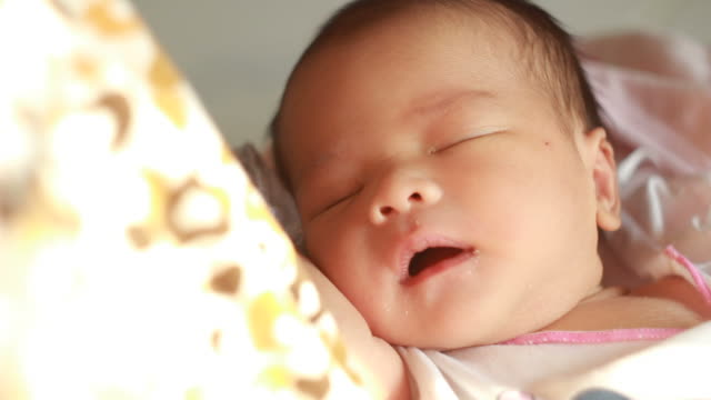 stockvideo's en b-roll-footage met adorable newborn baby sleeping - moe