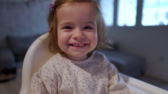 vídeos de stock e filmes b-roll de adorable smiling toddler girl enjoying the holiday spirit - doença infeciosa