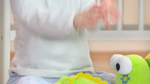 vídeos de stock, filmes e b-roll de hd: clapping e adorável bebê olhando para a câmera - só um bebê menino