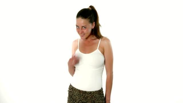 愛らしい若い女性ファッション モデル キャットウォーク スタジオでポーズをとる - 絵画モデル点の映像素材/bロール