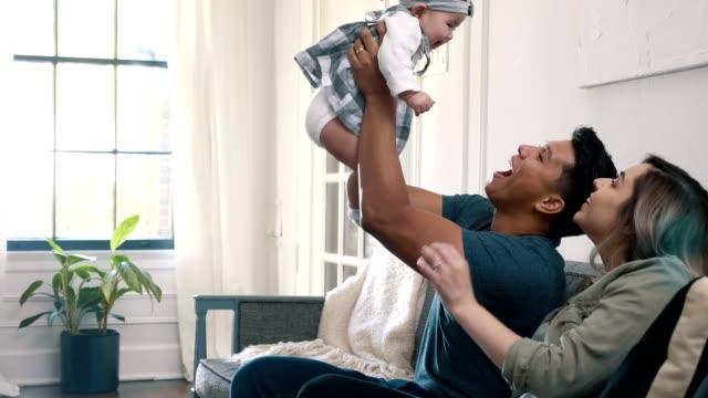 adoring papa spielt mit seinem baby-mädchen - ehefrau stock-videos und b-roll-filmmaterial