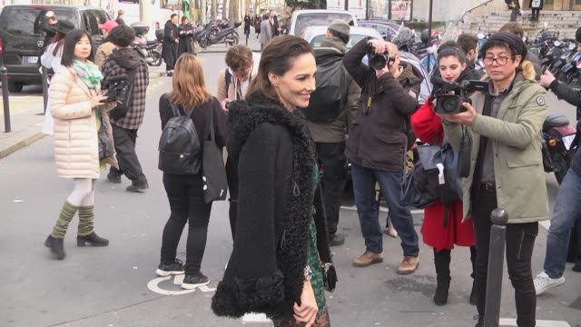 stockvideo's en b-roll-footage met adriana abascal arrives at the giambattista valli show as part of the paris fashion week womenswear fall/winter 2018/2019 on march 5 2018 in paris... - modeweek