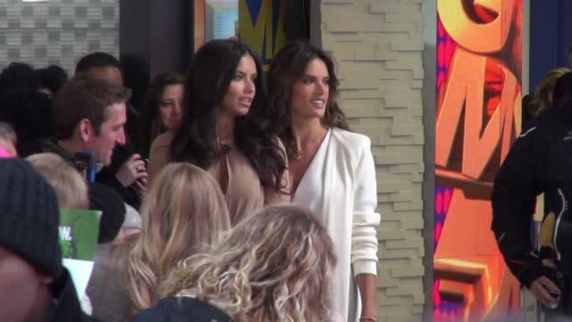 vídeos de stock, filmes e b-roll de adriana lima and alessandra ambrosio with robin roberts at the good morning america studio on november 03 2014 in new york city - adriana lima