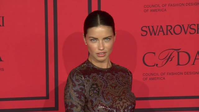 vídeos de stock, filmes e b-roll de adriana lima at 2013 cfda fashion awards - arrivals at alice tully hall on june 03, 2013 in new york, new york - adriana lima