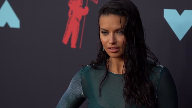 vídeos de stock, filmes e b-roll de adriana lima at 2019 mtv video music awards at prudential center on august 26 2019 in newark new jersey - adriana lima
