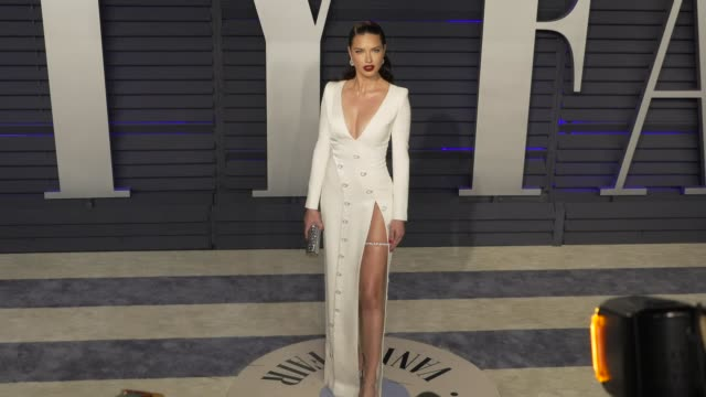 vídeos de stock, filmes e b-roll de adriana lima at 2019 vanity fair oscar party hosted by radhika jones at wallis annenberg center for the performing arts on february 24 2019 in... - adriana lima