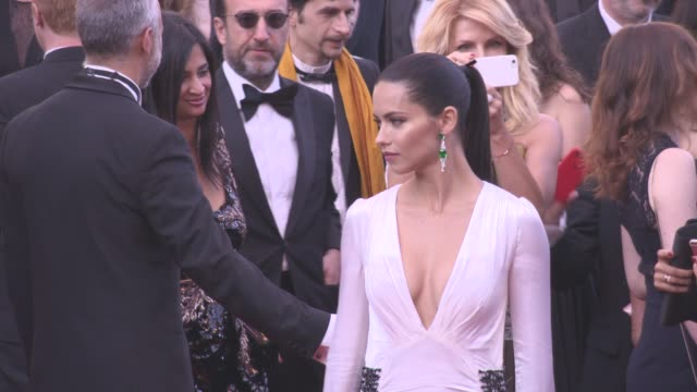 vídeos de stock, filmes e b-roll de adriana lima at 'julieta' red carpet on may 17 2016 in cannes france - adriana lima