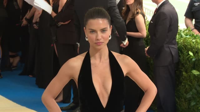 vídeos de stock, filmes e b-roll de adriana lima at rei kawakubo/comme des garcons art of the inbetween costume institute gala arrivals at the metropolitan museum of art on may 01 2017... - adriana lima