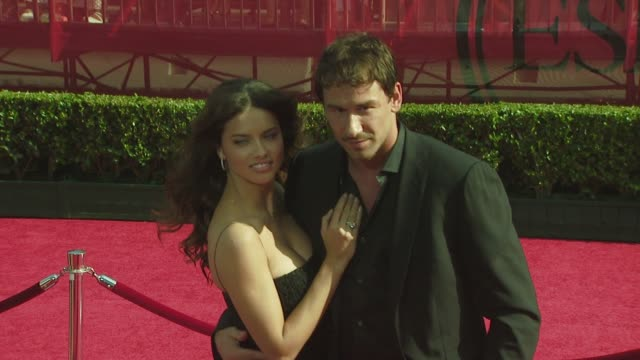 vídeos de stock, filmes e b-roll de adriana lima at the 2008 espy awards at los angeles ca - adriana lima