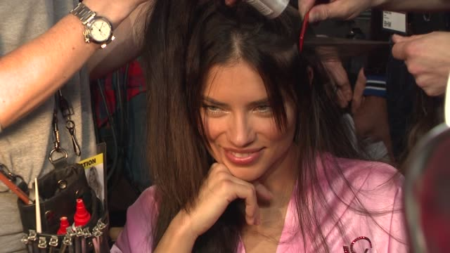 vídeos de stock, filmes e b-roll de adriana lima at the 2010 victoria's secret fashion show hair and makeup backstage new york ny united states - adriana lima