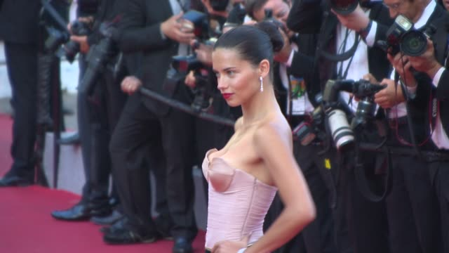 vídeos de stock, filmes e b-roll de adriana lima at 'the homesman' red carpet at palais des festivals on may 18 2014 in cannes france - adriana lima