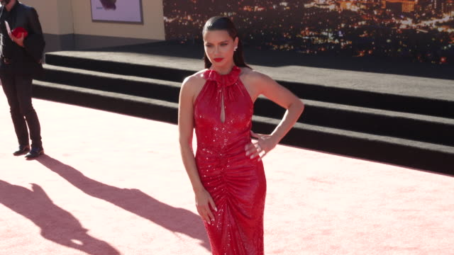vídeos de stock, filmes e b-roll de adriana lima at the once upon a time in hollywood premiere at tcl chinese theatre on july 22 2019 in hollywood california - adriana lima