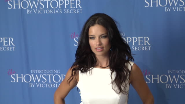 vídeos de stock, filmes e b-roll de adriana lima at victorias secret introduces showstopper 08/09/11 - adriana lima