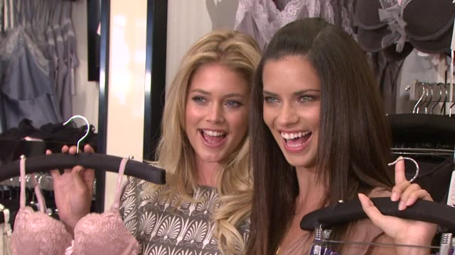 vídeos de stock, filmes e b-roll de adriana lima, doutzen kroes at the adriana lima and doutzen kroes unveil the all new supermodel obsessions at new york ny. - adriana lima