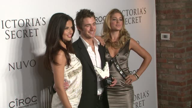 vídeos de stock, filmes e b-roll de adriana lima, robert buckley and doutzen kroes at the victoria's secret hosts exclusive 2009 what is sexy list party at new york ny. - adriana lima