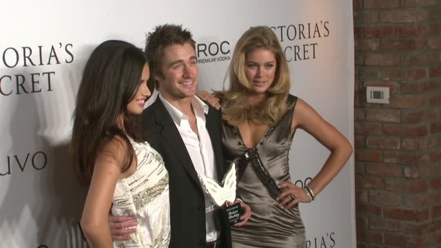 vídeos de stock, filmes e b-roll de adriana lima robert buckley and doutzen kroes at the victoria's secret hosts exclusive 2009 what is sexy list party at new york ny - adriana lima
