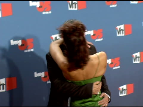 adrianne curry and christopher knight kissing at the vh1 big in '05 at sony studios in los angeles, california on december 3, 2005. - vh1ビッグインアワード点の映像素材/bロール