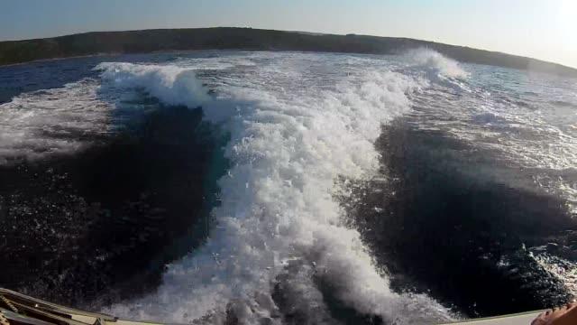 高速ヨットからアドリア海の波 - 地形点の映像素材/bロール
