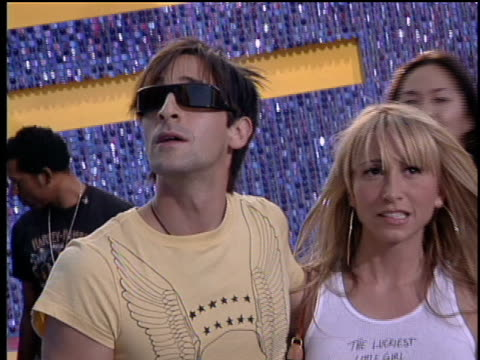 adrien brody arriving with girlfriend michelle dupont at the 2003 mtv movie awards. - adrien brody stock videos & royalty-free footage