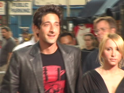 adrien brody at the fan screening of war of the worlds at graumans chinese theatre in los angeles, ca. - war stock-videos und b-roll-filmmaterial