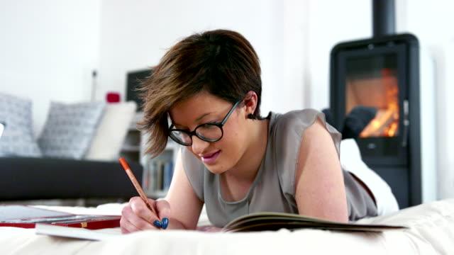 adult coloring books - brief - solo una donna di età media video stock e b–roll
