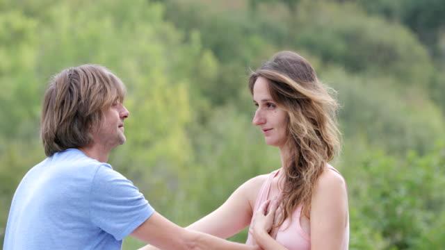 vídeos y material grabado en eventos de stock de pareja adulta bonding con ejercicio de yoga tántrico - seno