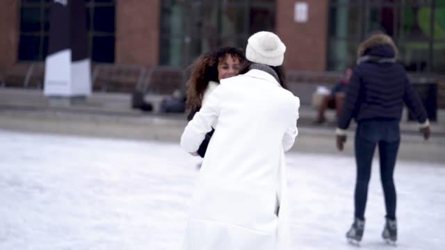 vidéos et rushes de patin à glace couple femelle adulte - manteau et blouson d'hiver