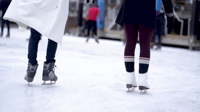 vídeos de stock e filmes b-roll de adult female couple ice skating - pista de patinagem no gelo