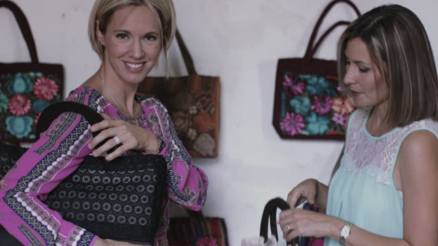 vídeos y material grabado en eventos de stock de adult female friends shopping for handbags - escoger