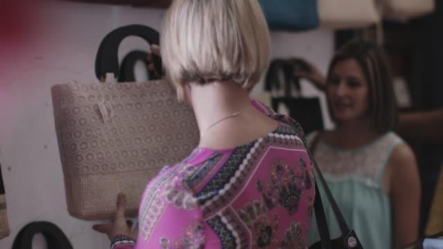 vídeos de stock, filmes e b-roll de adult female friends shopping - bolsa tiracolo bolsa