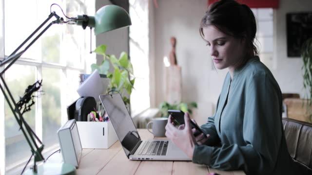 vídeos de stock, filmes e b-roll de adult female working from home - cabelo ruivo