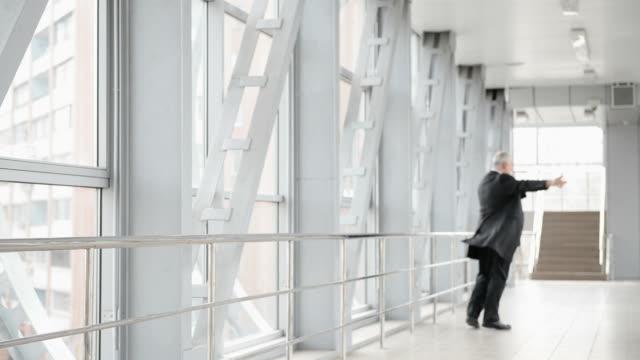 adulto gray a pelo uomo in città. - pensionati lavoratori video stock e b–roll