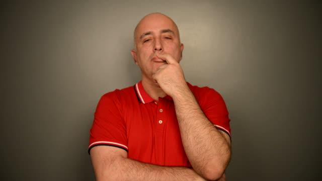 vidéos et rushes de adulte à poils gris homme sur un fond gris. - vidéo portrait