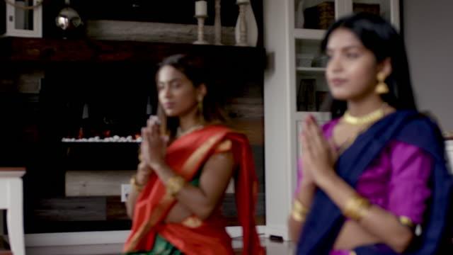erwachsene indische schwestern verbringen zeit mit jedem anderen gebet - dashahara stock-videos und b-roll-filmmaterial