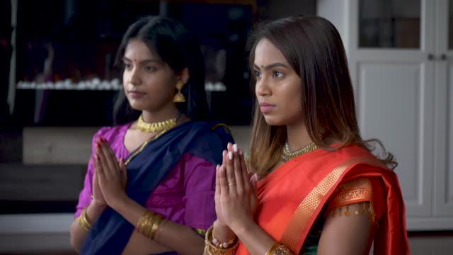 erwachsene indische schwestern verbringen zeit miteinander beten - dashahara stock-videos und b-roll-filmmaterial
