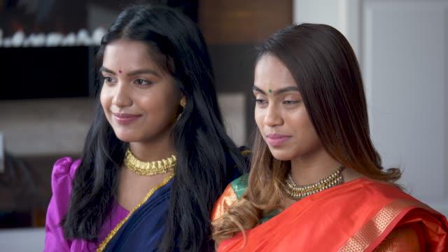 erwachsene indische schwestern verbringen zeit mit jedem anderen - dashahara stock-videos und b-roll-filmmaterial