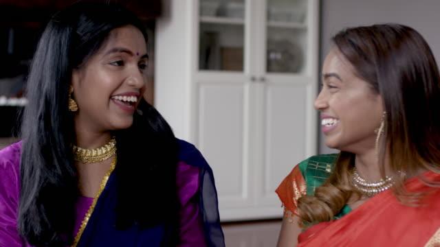 erwachsene indische schwestern verbringen zeit miteinander - dashahara stock-videos und b-roll-filmmaterial