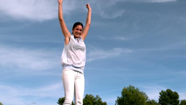 vídeos de stock e filmes b-roll de adult jumping on a trampoline - trampolim equipamento desportivo