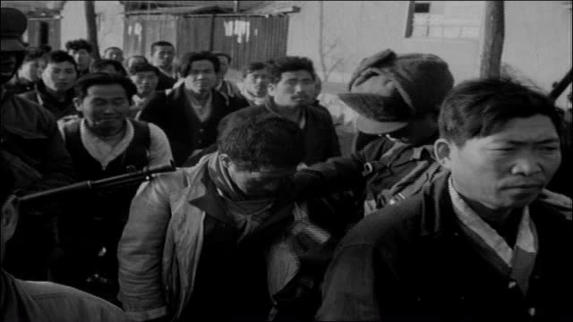 vídeos de stock, filmes e b-roll de adult male caucasian us army soldiers frisk south korean adult male civilians lined up outside small town american gi with rifle and bayonet... - uniforme militar