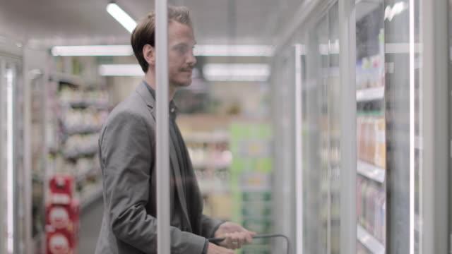 vídeos y material grabado en eventos de stock de adult male grocery shopping - frío