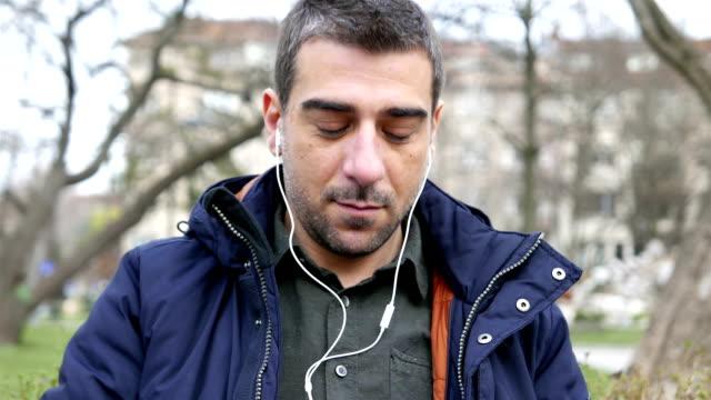Erwachsener Mann Musik hören