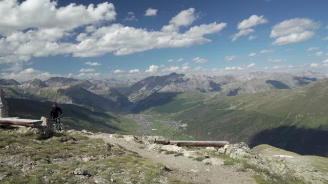 Vuxna manlig mountainbikecyklist navigerar tur i Alperna