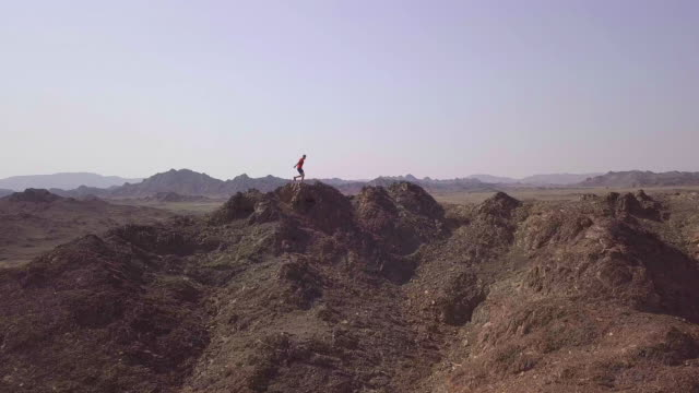 vídeos y material grabado en eventos de stock de adulto macho camino corriendo sobre el montañoso paisaje desértico - omán