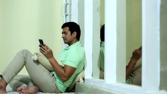 vídeos y material grabado en eventos de stock de adult man chatting on mobile phone, delhi, india - planta del pie