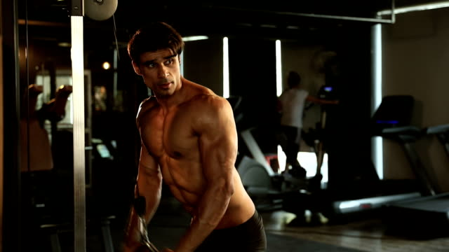 vidéos et rushes de adult man doing exercise in gym, delhi, india - poids pour la musculation