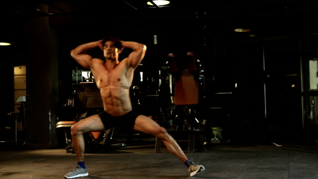 vidéos et rushes de adult man doing exercise in gym, delhi, india - musclé